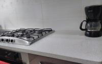 Стільниця на кухні з кварциту Aida white
